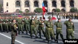 Armenia - Russian soldiers march during an Armenian military parade in Yerevan, 21Sep2011.