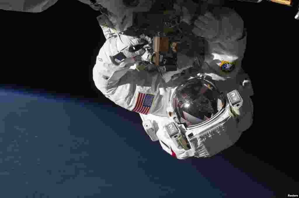 Бортінжынэр NASA Крыс Кэсідзі ў адкрытым космасе для праверкі абсталяваньня на Міжнароднай касьмічнай станцыі.