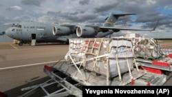 Ռուսաստան - Մոսկվայի «Վնուկովո» օդանավակայանում ընդունում են Միացյալ Նահանգների ուղարկած բժշկական օգնությունը, 21-ը մայիսի, 2020թ.