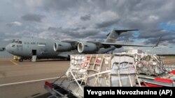 Ամերիկյան վենտիլյատորների առաջին առաքումը Ռուսաստան, Վնուկովո օդակայան, Մոսկվա, 21 մայիսի, 2020թ․