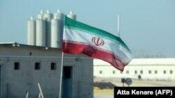 پرچم ایران در نیروگاه اتمی بوشهر