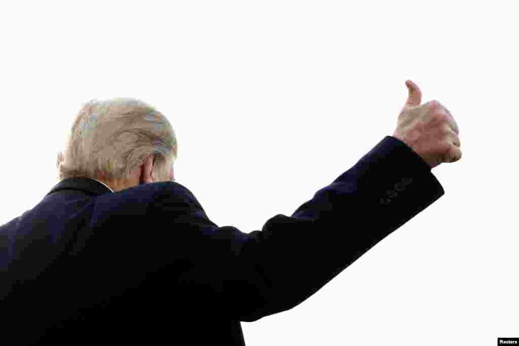САД - Американскиот претседател Доналд Трамп ги поздравува новинарите по прес-конференцијата на која говореше и за заедничката вежба на САД со Јужна Кореја. Вежбата, која започна на осум воени инсталации во Јужна Кореја, е најголемата заедничка вежба на Сеул и Вашингтон до сега. Северна Кореја оцени дека станува збор за голема провокација која може во секој момент да доведе до нуклеарна војна.