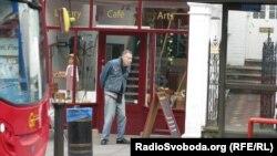 Лондонський пенсіонер біля будівлі доброчинної організації Age Exchange, що допомагає літнім людям
