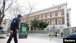 Ոստիկանը հսկում է Ստամբուլում Գերմանիայի հյուպատոսարանը, 17-ը մարտի, 2016թ.