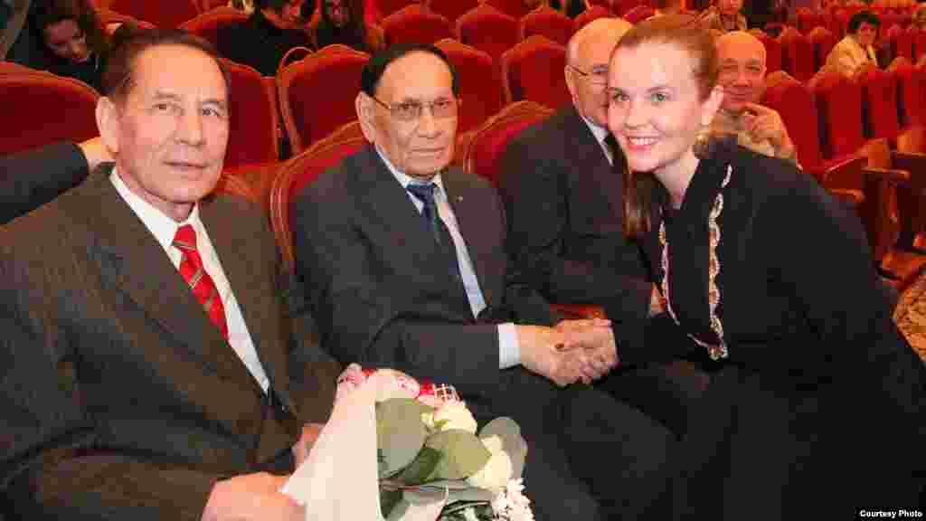 Халык артисты һәм аның дусты Фуат Рафыйков килеп утыргач, Илһам Шакиров белән фотога төшәргә, исәнләшергә теләүчеләр күп булды