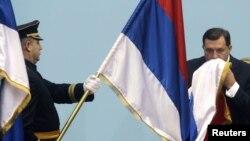 Milorad Dodik ljubi zastavu Republike Srpske, fotoarhiv