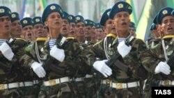 Türkmenistanyň esgerleri harby paradyň dowamynda nyzamly ýöräp barýarlar.