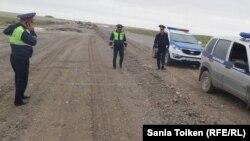 Полицейские на автодороге Актау — Каракия, задержавшие машину с корреспондентом Азаттыка Санией Тойкен. 30 апреля 2016 года.