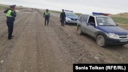 Азаттық тілшісі Сәния Тойкен отырған көлікті Ақтау-Қарақия жолында тоқтатқан полиция қызметкерлері. 30 сәуір 2016 жыл.