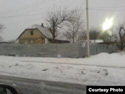 Напис на металевому паркані в Оленівці (фото автора)
