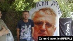 Сторонники Воислава Шешеля с его портретом 22 июня 2012 года