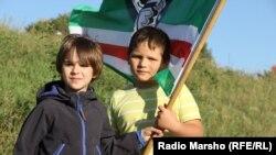 Дети чеченских беженцев в Австрии с флагом сепаратистской Ичкерии