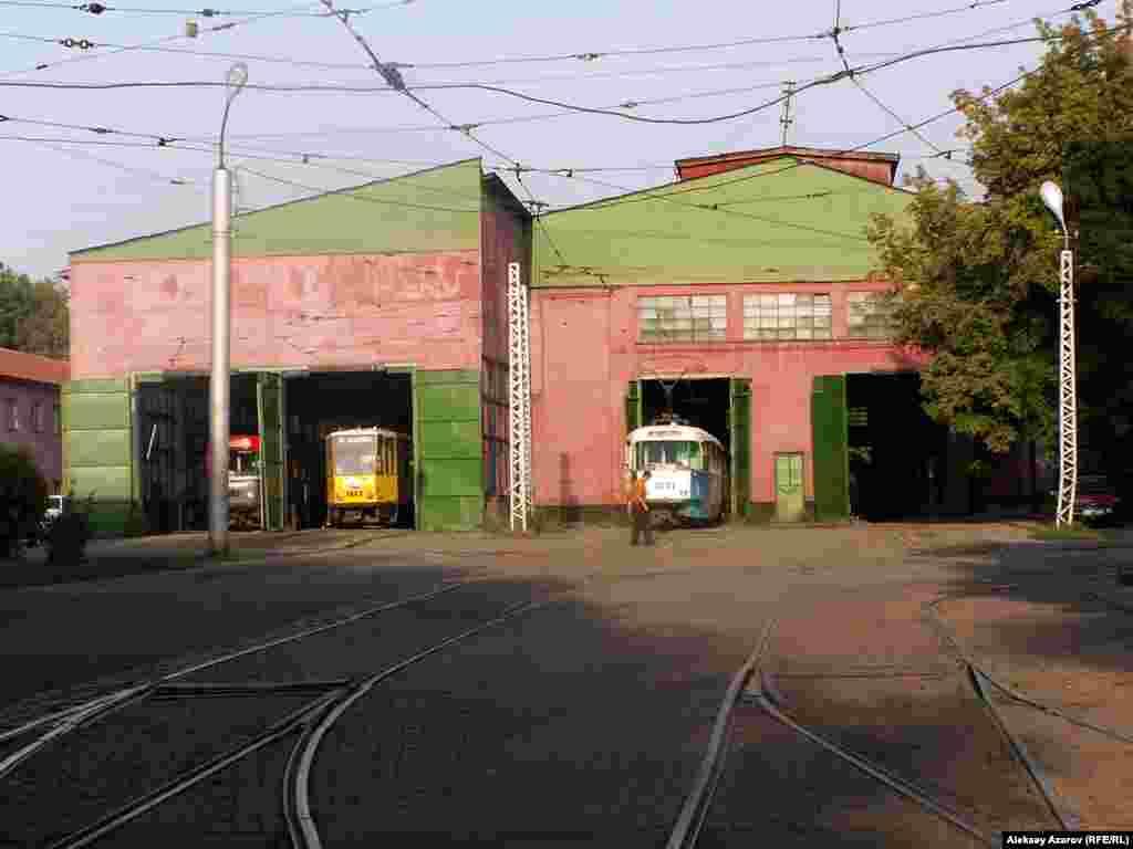 Въезд на территорию трамвайного депо. По некоторым архивным данным, японские пленные строили и здание трамвайного парка. Алматы. 8 сентября 2006 года.