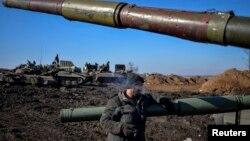 Танк жанында тұрғын украиналық әскери. Донецк облысы, 13 ақпан 2015 жыл.