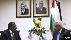 Министр обороны США Леон Панетт (слева) на встрече с главой Палестинской автономии Махмудом Аббасом