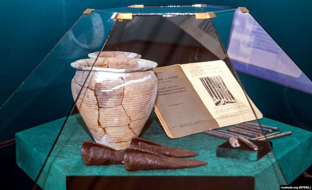 Сошники и горшки XII века, дело - литовские гривны в виде длинных палочек