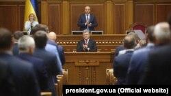 Президент Украины Петр Порошенко во время ежегодного обращения к народным депутатам в Верховной Раде. Киев, 7 сентября 2017 года