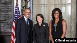 Presidenti Barack Obama me bashkëshorten e tij Michelle dhe presidenten e Kosovës Atifete Jahjaga (në mes)