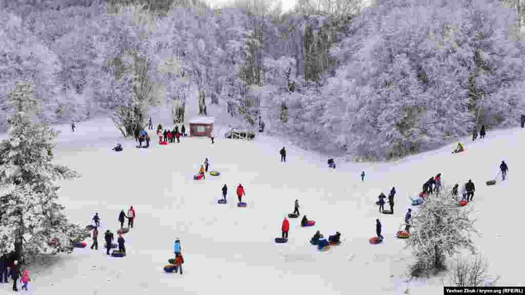 Сотни крымчан на автомобилях отправились на гору, чтобы просто побывать в «снежной сказке»: покататься на лыжах, сноубордах или санках. Больше фото смотрите по ссылке