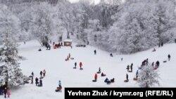 В выходные дни поучаствовать в снежных забавах приехали сотни человек