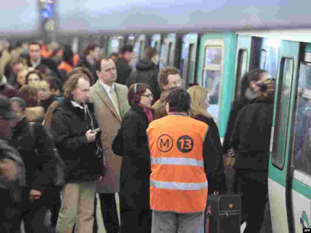 متروی پاریس؛ مردم در انتظار