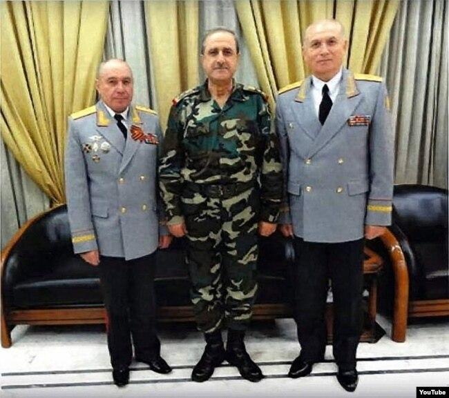 Николай Ткачев (слева), министр обороны Сирии Давуд Раджиха (убит в 2012 году) и генерал-майор Владимир Кужеев. Скриншот из видео одной из сирийских антиассадовских группировок, распространявших ложное сообщение о смерти Кужеева.