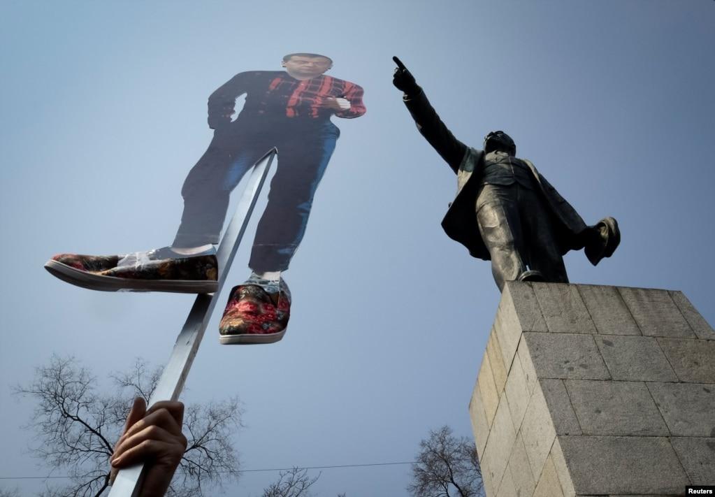 Антикоррупционная акция сторонников Алексея Навального во Владивостоке на площади Ленина, 26 марта 2017 года