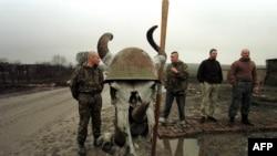 Российские военные в Чечне на фоне черепа животного