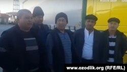 Türkmen-eýran serhedinde ýolundan saklanan özbek ýük ulag sürüjileri