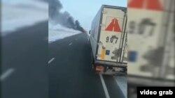 Скриншот видео, на котором заснят охваченный огнем автобус.