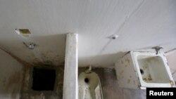 Guzmanın kamerası. Solda - tunelə giriş