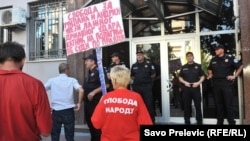 Aktivisti Demokratskog fronta isped zgrade suda, Podgorica