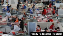 Люди на рынке в Минске, столице Беларуси.