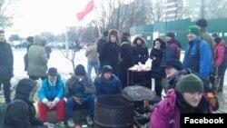 Юрась Лукашэвіч (зьлева) у лягеры абаронцаў Курапатаў 25 лютага 2017 году