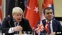 Борис Джонсон (слева) и турецкий министр по делам ЕС Омер Челик