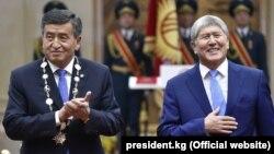 Сооронбай Жээнбеков и Алмазбек Атамбаев во время церемонии инаугурации.