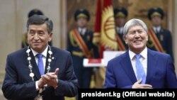 Сооронбай Жээнбеков на церемонии вступления в должность президента Кыргызстана. Справа- его предшественник Алмазбек Атамбаев. Бишкек, 24 ноября 2017 года.