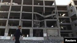 ساختمانی دولتی در نوار غزه که بر اثر حملات هوایی جنگندههای اسرائیل تخریب شده است- ۲۸ مرداد