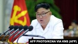 رسانههای رسمی کره شمالی تصویری از نشست رهبر آن کشور و حزب حاکم «کارگران» در دومین روز اجلاس این حزب منتشر کردهاند