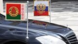 Автомобиль со штандартами президента России и президента Белоруссии у Дворца независимости