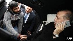 Президент Турции Реджеп Тайип Эрдоган разговаривает с мужчиной, который пытался покончить жизнь самоубийством.