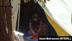 عائلة عراقية نازحة في مخيم
