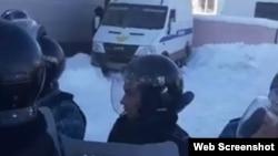 Полиция жасағы мен сот процесіне қатысушылар арасындағы тартыс. Алматы облысы, 24 желтоқсан 2019 жыл. Видеодан алынған скриншот.