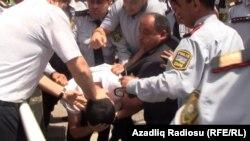 Баку: поліція хапає людей і затягує до автобусів, 21 травня 2012 року