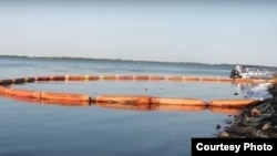 На фото: сбор нефтяного пятна на реке Волга у Сызрани. Фото предоставлено самарским экологическим движением