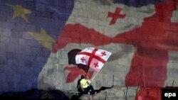 Если в 2013 году число сторонников вступления Грузии в ЕС составляло 83%, то в нынешнем году уровень поддержки сократился до 64%