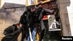 Захват здания областной администрации в Донецке