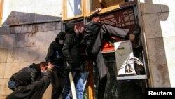 Пророссийские активисты штурмуют здание гособладминистарции в Донецке, 6 апреля 2014