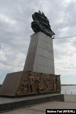 """Statuia înălțată în amintirea construcției fregatei """"Ecaterina cea Mare"""""""