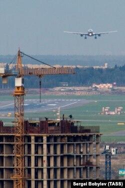 Вид на аэропорт Шереметьево с одного из зданий в городе Сходня